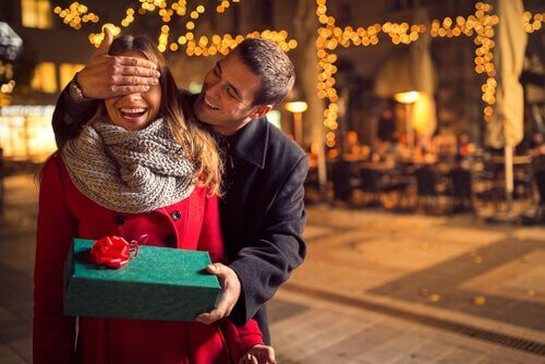 Homem dando presente à sua parceira no primeiro encontro