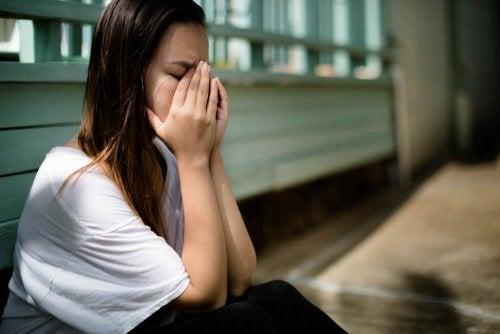 Mãe triste sentindo solidão