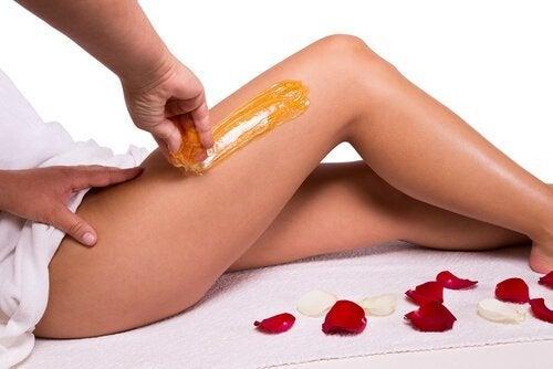 Mulher fazendo uma boa depilação das pernas