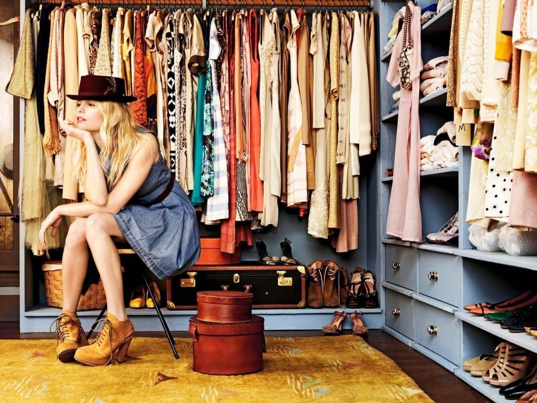 Mulher sentada em seu closet
