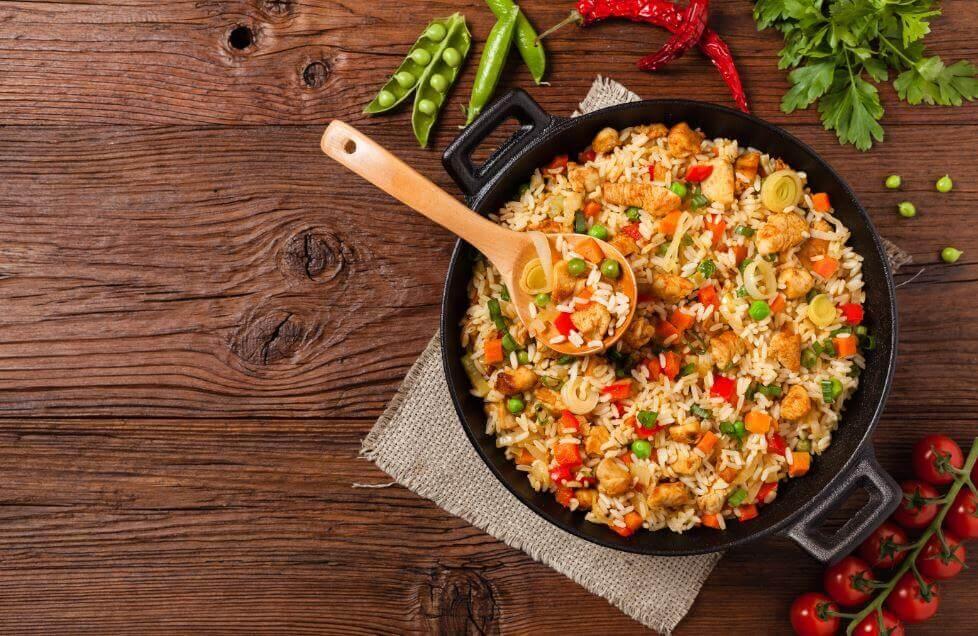 Delicioso arroz com frango e verduras