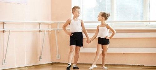 Crianças praticando balé