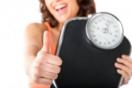 Mulher feliz com seu peso