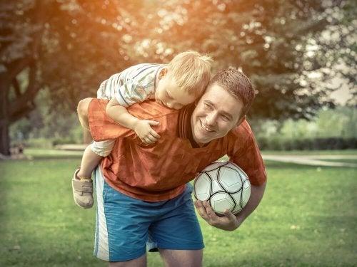 Pai jogando futebol com seu filho