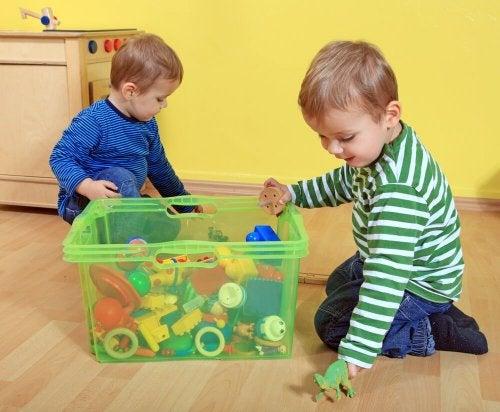 Crianças guardando brinquedos para bebês