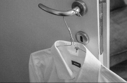 Camisa branca pendurada na porta