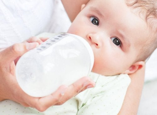 Bebê tomando leite materno e leite de fórmula