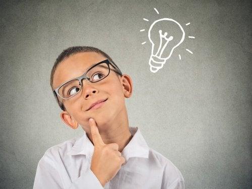 Criança superdotada tendo ideias
