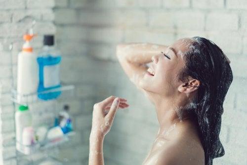 Mulher tomando banho depois de uma boa depilação
