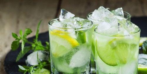 Pode usar limão e gelo para preparar coquetéis