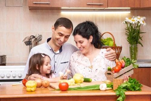 Familia cozinhando refeição