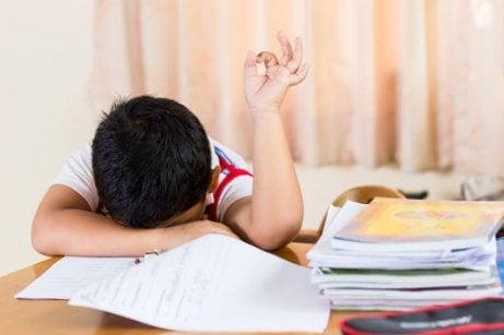 Criança desanimada na escola