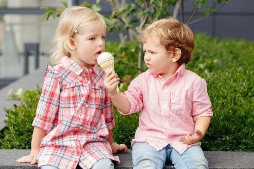 Criança dando sorvete para a outra