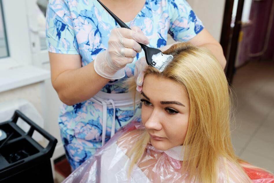 A melhor maneira de descolorir o cabelo sem maltratá-lo