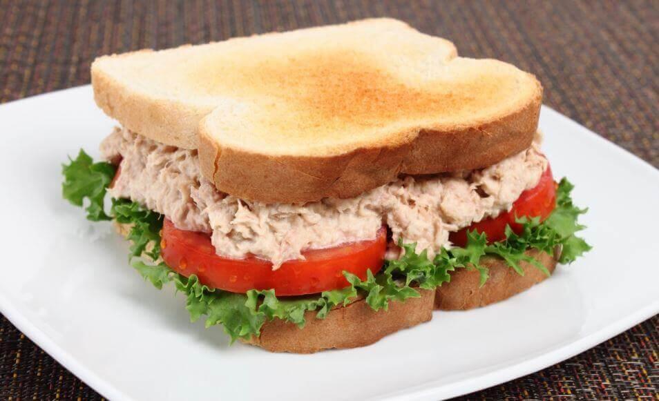 Prepare um delicioso sanduíche de atum em casa