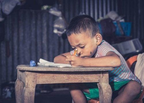 Criança superdotada escrevendo