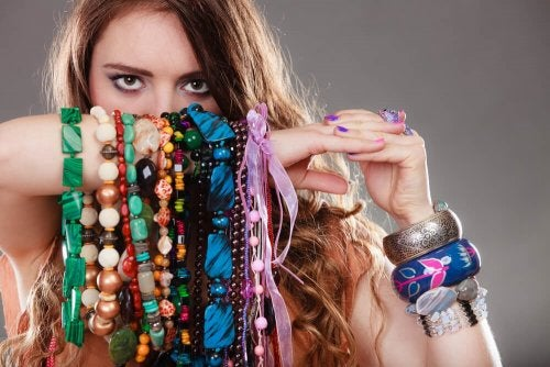 Mulher mostrando suas pulseiras e colares