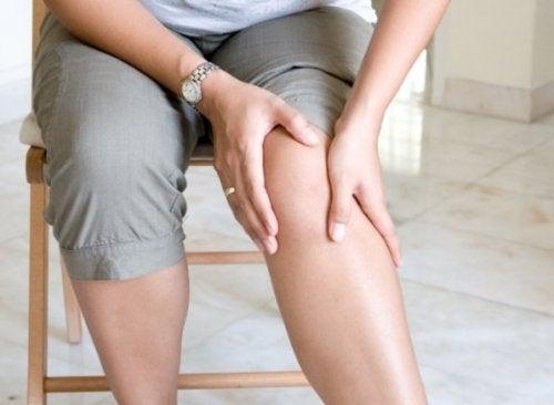 A arnica pode ser usada de forma tópica para aliviar o cansaço das pernas
