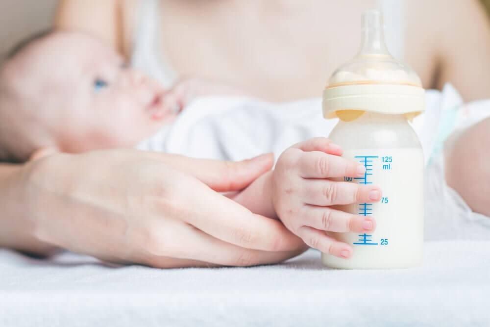 É correto dar leite materno e leite de fórmula na mesma mamadeira?