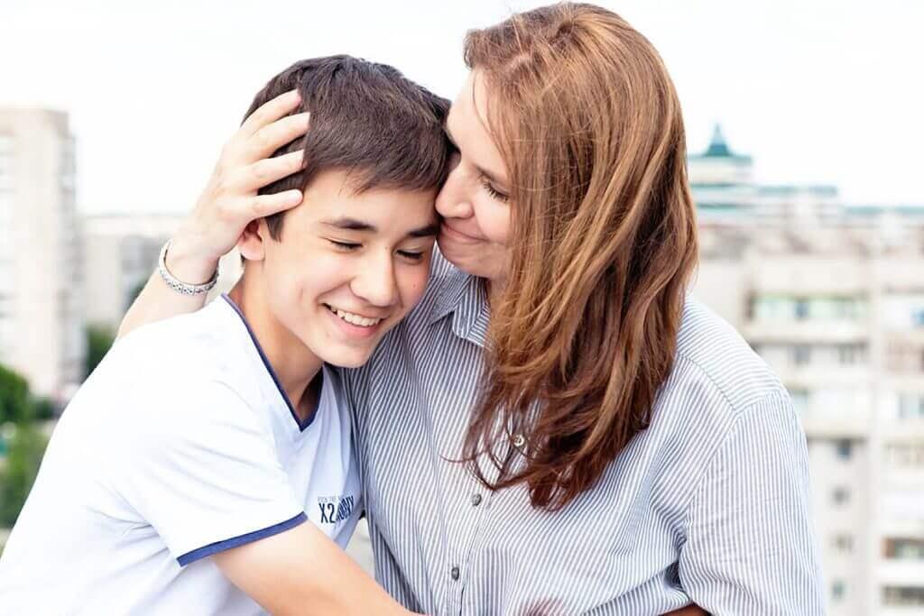 Mãe com o filho no início das aulas