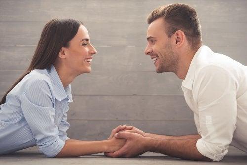 Casal feliz escolhendo o nome perfeito para o seu filho