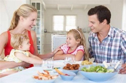 Familia unida ajudando no crescimento das crianças