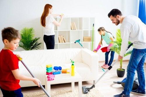 Limpar a casa é uma das atividades para fazer em família