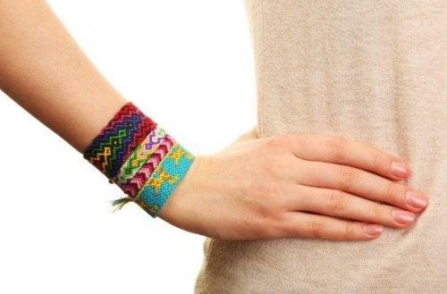 2 maneiras de fazer pulseiras com fios coloridos