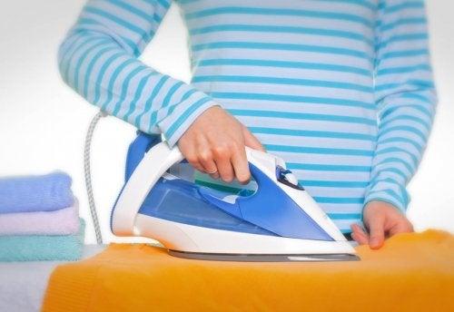 Como limpar o ferro quando a roupa começa a grudar?