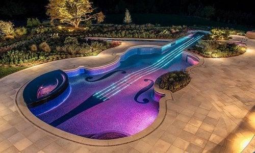 Piscina com forma de instrumento