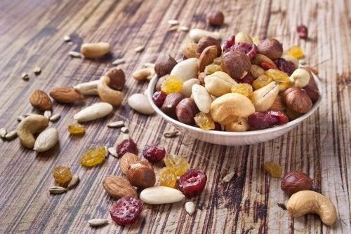 Coma delicioso e saudável incluindo frutos secos na alimentação