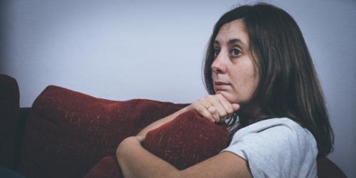 Mulher usando o avitimismo como chantagem emocional