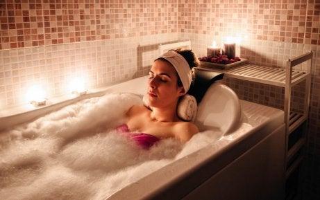 Mulher tomando banho relaxante
