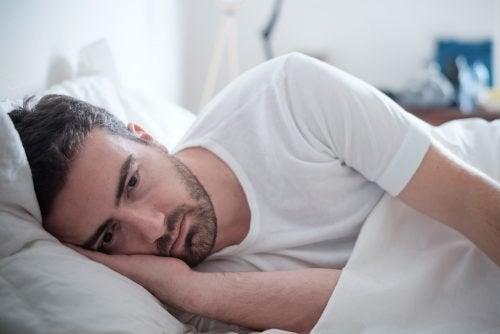 Homem apático na cama