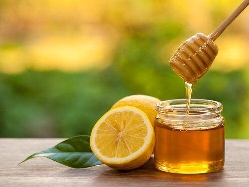Infusão de limão e mel para aliviar a faringite