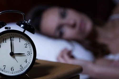 A insônia pode provocar a cabeça doer ao levantarmos