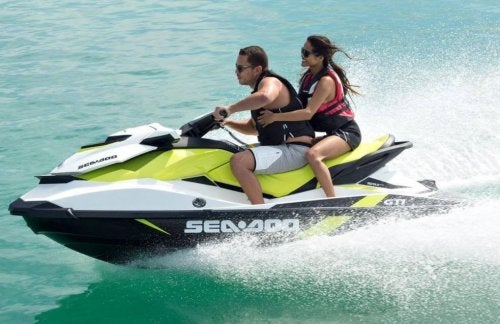 Homem e mulher andando de jetski