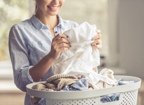 6 truques para remover manchas de óleo nas roupas
