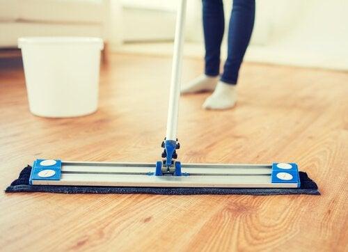 5 produtos naturais para recuperar o brilho do piso de madeira