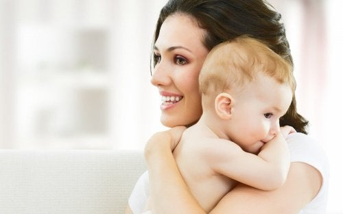 Mãe de primeira viagem segurando seu filho