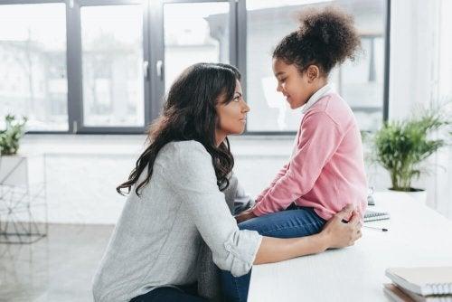 Mãe conversando com sua filha