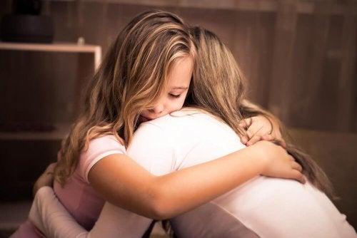 Mãe abraçando sua filha