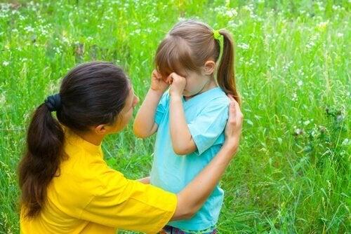 Mãe convesando com a filha sobre o início das aulas