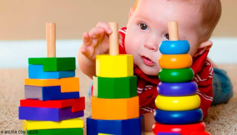 De quais materiais devem ser os brinquedos para bebês?