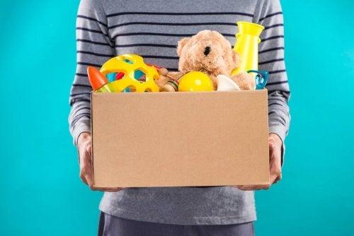 Mçae segurando brinquedos para bebês