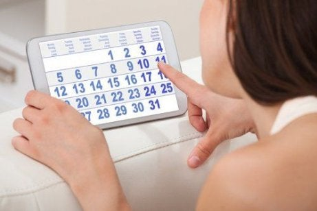 Mulher contando dias do calendário
