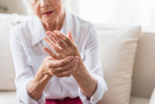 Mulher com artrite nas mãos