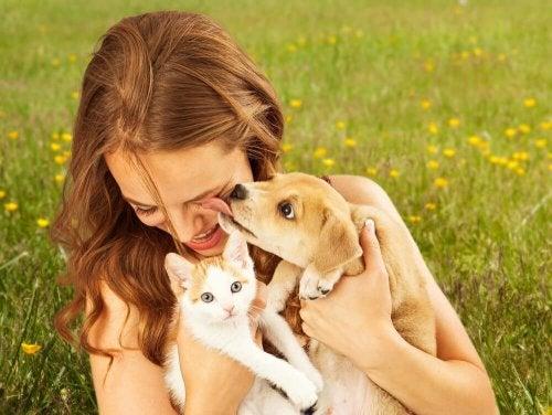 Moça com animais de estimação