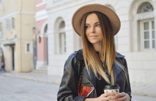 Mulher usando chapéu e jaqueta de couro