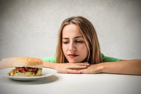 Mulher com vontade de comer hambúrguer